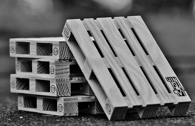 Palety drewniane - gdzie się najlepiej sprawdzają?